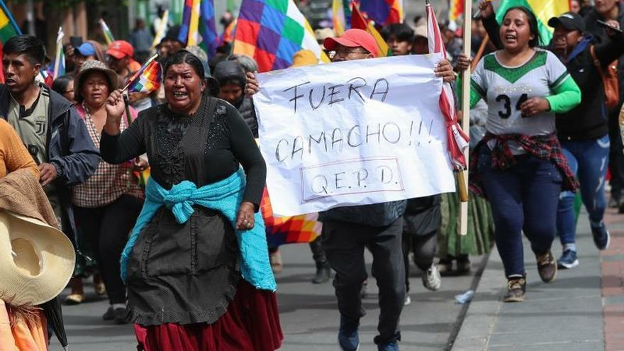 Una masiva marcha de banderas indígenas saluda a Evo Morales desde Bolivia