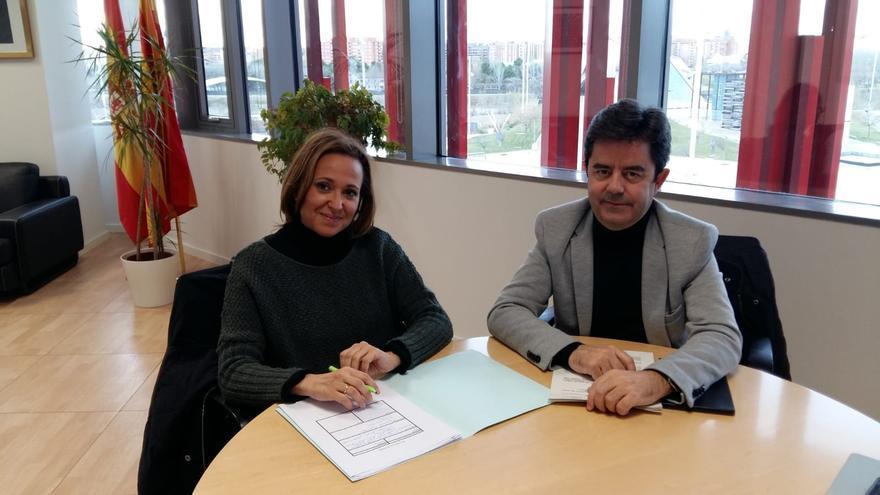 La consejera de Educación del Gobierno de Aragón, Mayte Pérez, y el alcalde de Huesca, Luis Felipe