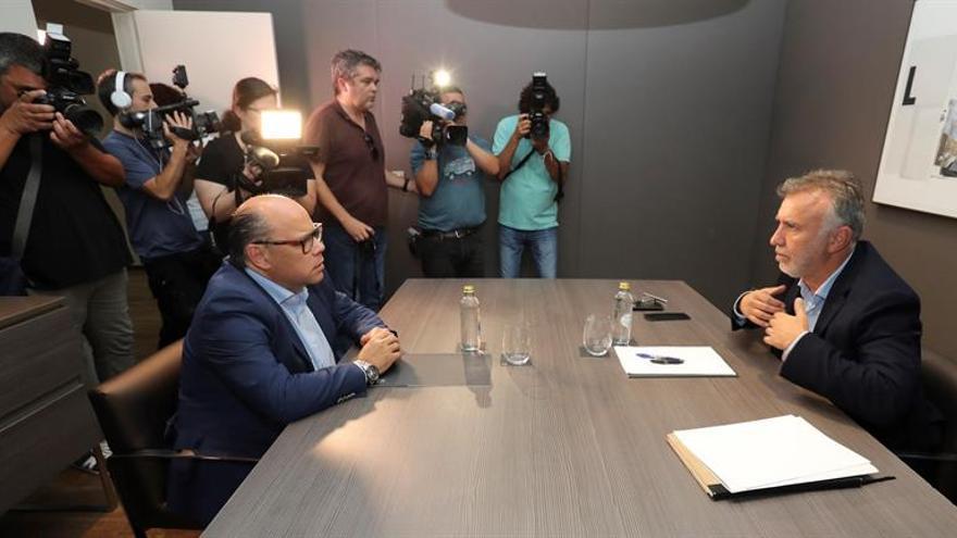El secretario general de Coalición Canaria, José Miguel Barragán (i), y el secretario general del PSOE en Canarias, Ángel Víctor Torres, en la primera ronda de negociaciones.