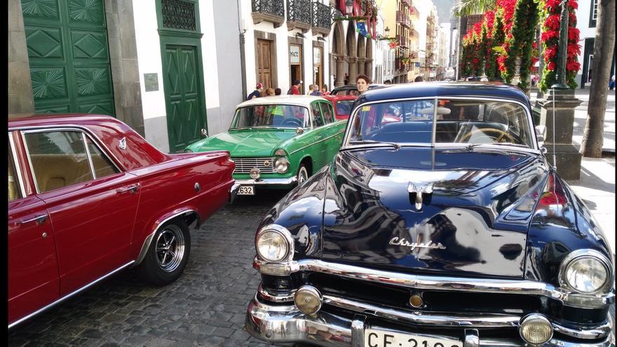Los coches han sido contemplados por los transeúntes.