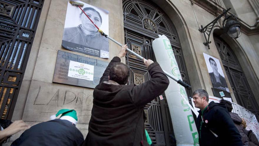 Pegada de carteles en Caixa Catalunya