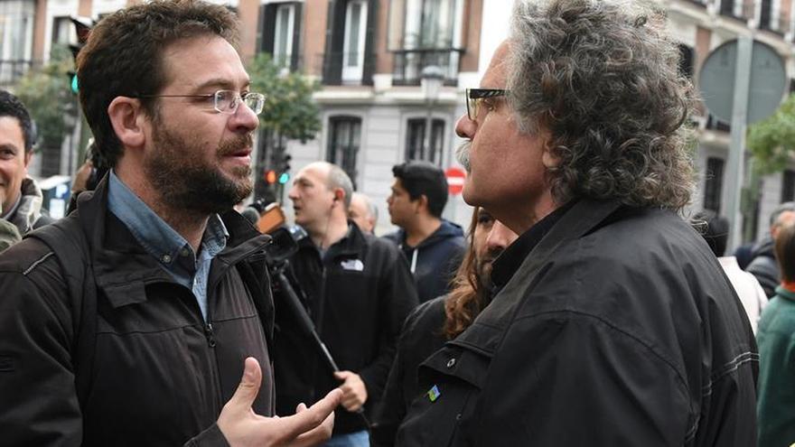 El diputado de ERC Joan Tardá conversa con Albano-Dante Fachin de Podem ante la sede del Tribunal Supremo, este 2 de noviembre de 2017.