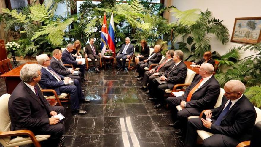 El presidente cubano Miguel Díaz-Canel Bermúdez (c-i), se reúne este jueves con el primer ministro de Rusia, Dmitri Medvédev (c-d) y parte de su delegación, en La Habana (Cuba).