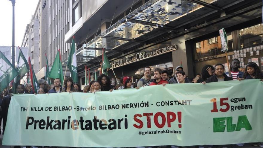 Protesta durante la huelga de las camareras de piso de los hoteles Barceló Nervión y NH Villa de Bilbao