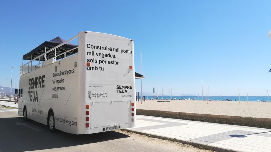 El Bus de la Llengua arriba a les platges valencianes