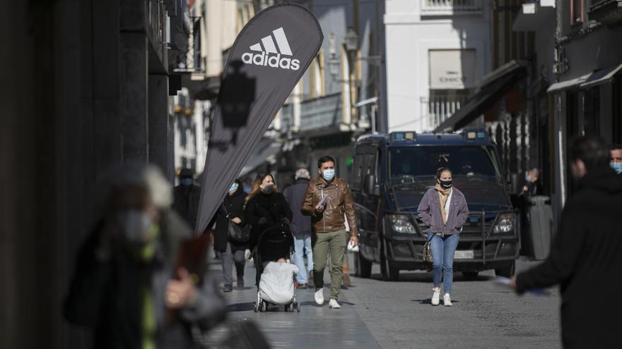 Personas caminando por una calle céntrica durante el primer día de cierre perimetral en la provincia. El cierre perimetral forma parte del paquete de nuevas restricciones de la Junta de Andalucía para frenar la expansión del coronavirus, Covid-19 y que ha