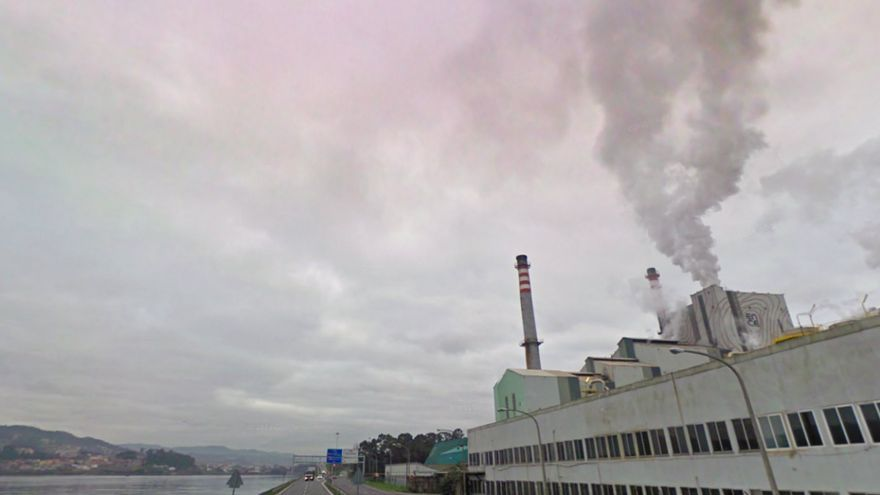 Factoría de ENCE, a orillas de la ría de Pontevedra