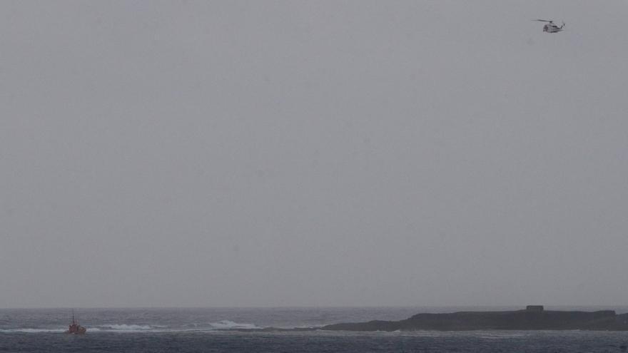 Helicóptero y embarcación de Salvamento Marítimo participando en las labores de búsqueda de un menor en El Confital