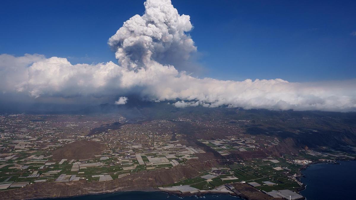Vista tomada desde un helicóptero de la colada de lava del volcán de la isla de La Palma en su quinto día de actividad.