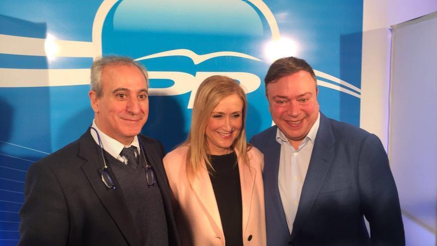 Juan Soler, a la derecha, junto a Cristina Cifuentes y su número dos en la gestora del PP de Madrid, Juan Carlos Vera