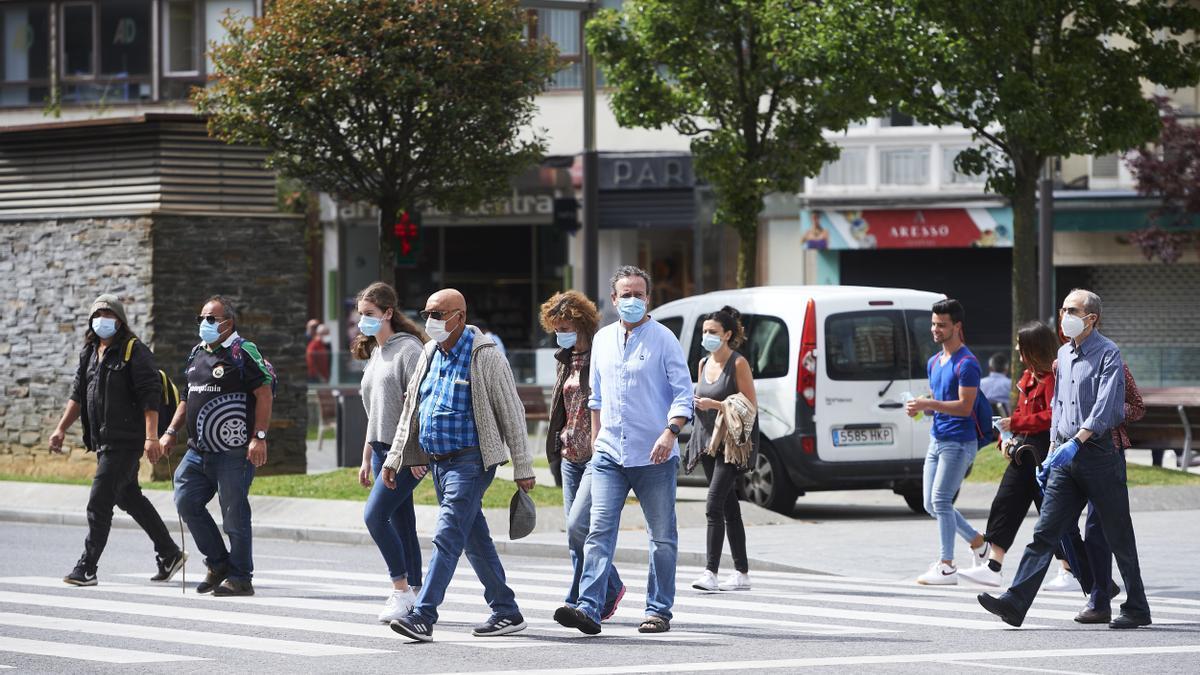 Transeúntes pasean por una calle del centro de Santander.