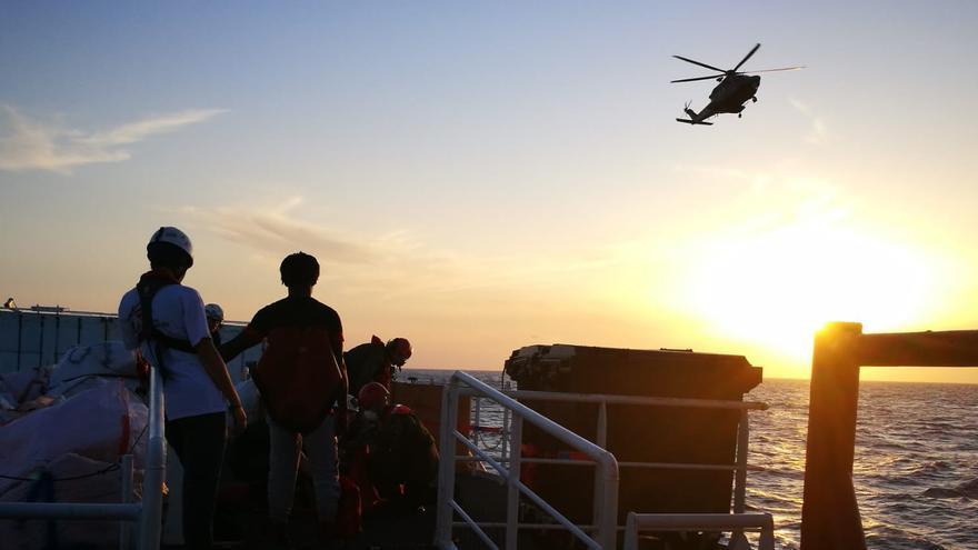 Momento de la evacuación de la mujer embarazada desde el Ocean Viking.