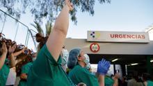 Policía Local, Nacional y personal de Protección Civil dedicaron este domingo el último aplauso al personal sanitario del Hospital Universitario Nuestra Señora de la Candelaria.