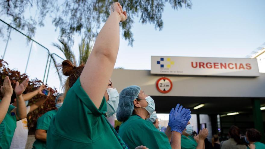Policía Local, Nacional y personal de Protección Civil, en el último aplauso al personal sanitario del Hospital Universitario Nuestra Señora de la Candelaria