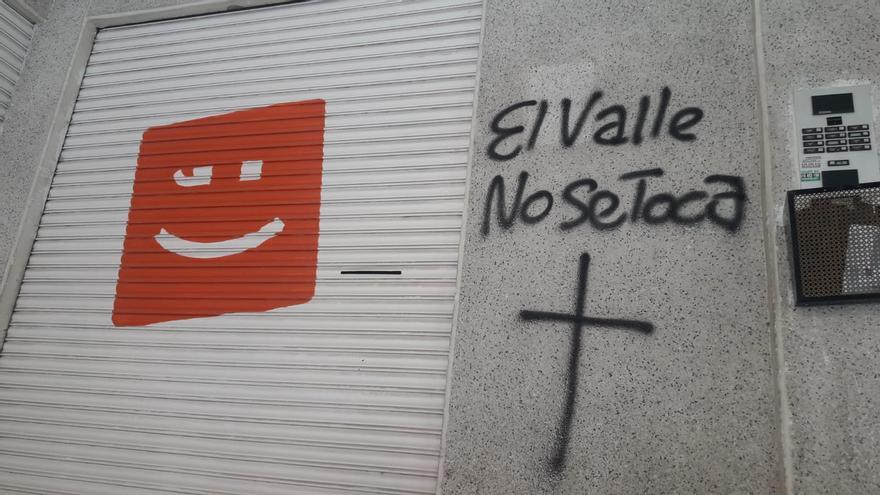 Pintadas franquistas en la sede de Compromís de Crevillent