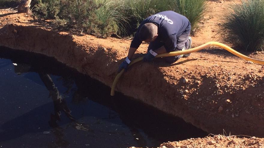 Un técnico extrae lixiviados en la zona de la Murada