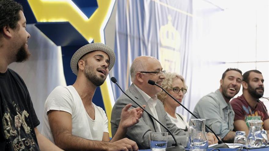 El grupo musical Efecto Pasillo, durante la participación en la presentación de 'Quiéreme libre. Amar no es controlar', la campaña que promueve el Cabildo de Gran Canaria. EFE/Ángel Medina G.