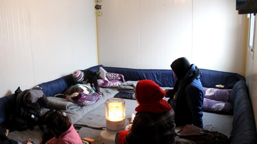 Una madre y sus hijas en uno de los contenedores habitacionales en un campamento del norte de Grecia.