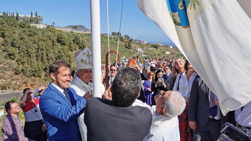 Momento de la izada de la Bandera de la Virgen.