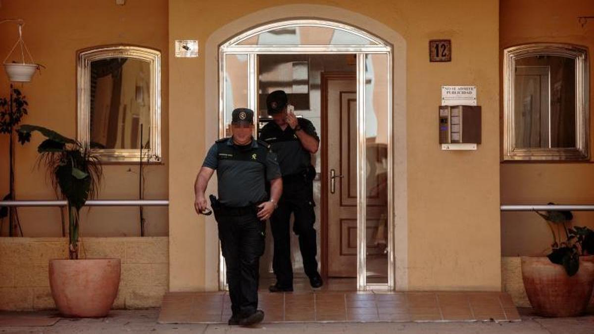 Agentes de la Guardia Civil salen del domicilio de una víctima de violencia machista en Alboraia en una imagen de archivo.