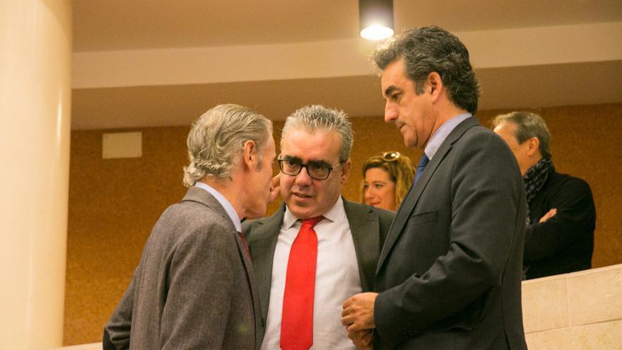 José Manuel Igual (PP), Pedro Hernando (PRC) y el consejero Francisco Martín. | ROMÁN GARCÍA