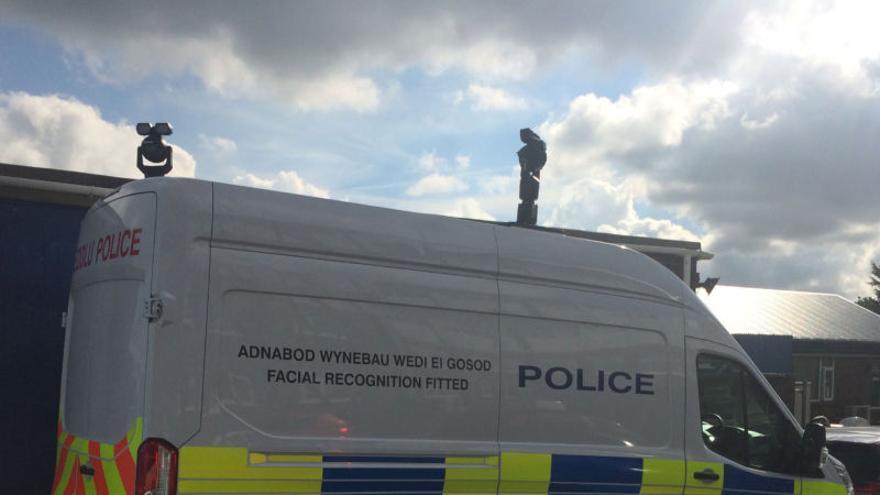 Furgón de la policía del Sur de Gales equipado con la AFR
