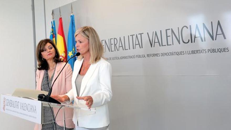 La secretaria de Estado Ana Botella junto a la consellera de Justicia, Gabriela Bravo