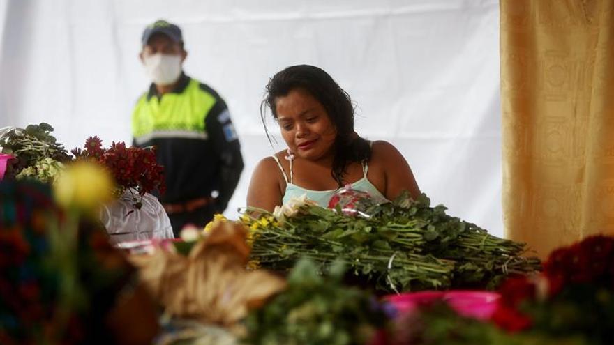 Una mujer llora a su familiar frente a los ataúdes de 7 víctimas de la erupción del Volcán de Fuego, los cuerpos son velados en la plaza central del municipio de Alotenango, Sacatepéquez.