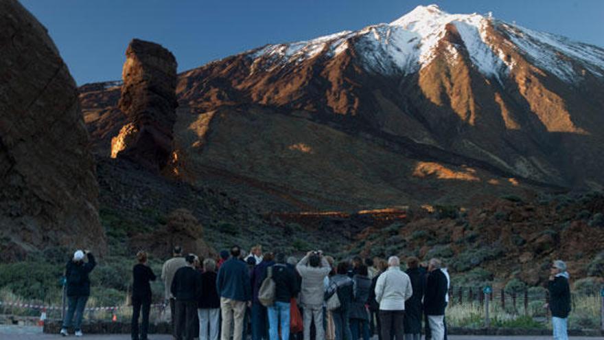 Un grupo de turistas en el Teide.