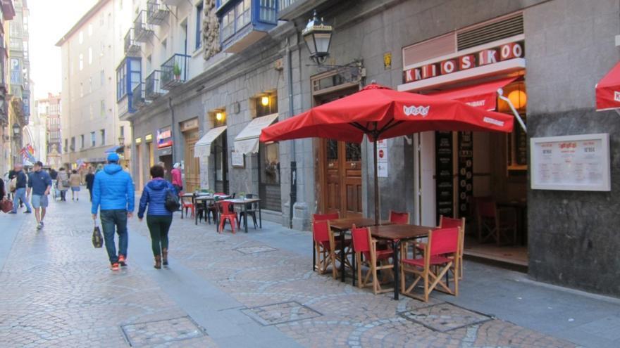 La Hacienda vizcaína vigila que los establecimientos comerciales y de hostelería entreguen el ticket de compra
