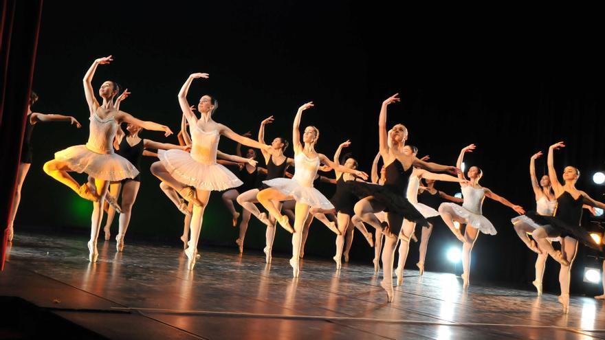 Alumnas del Conservatorio de Danza de Vitoria durante una de sus actuaciones.