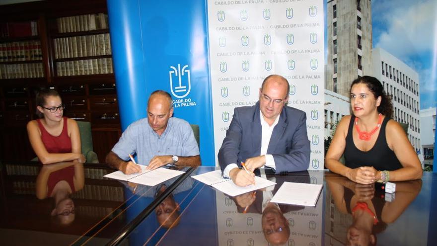Acto de firma de convenio entre el Cabildo y Cruz Roja del servicio de teleasistencia.