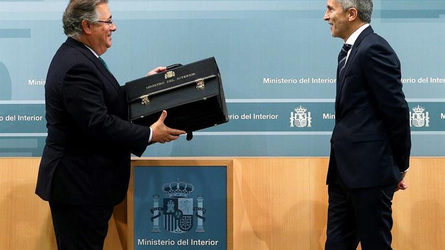 Juan Ignacio Zoido le entrega la cartera de Interior al nuevo ministro, Fernando Grande-Marlaska.