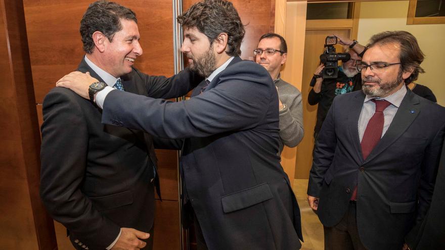 El presidente de la Comunidad de Murcia, Fernando López Miras (c), saluda al expresidente de la Autoridad Portuaria de Cartagena Antonio Sevilla (i).