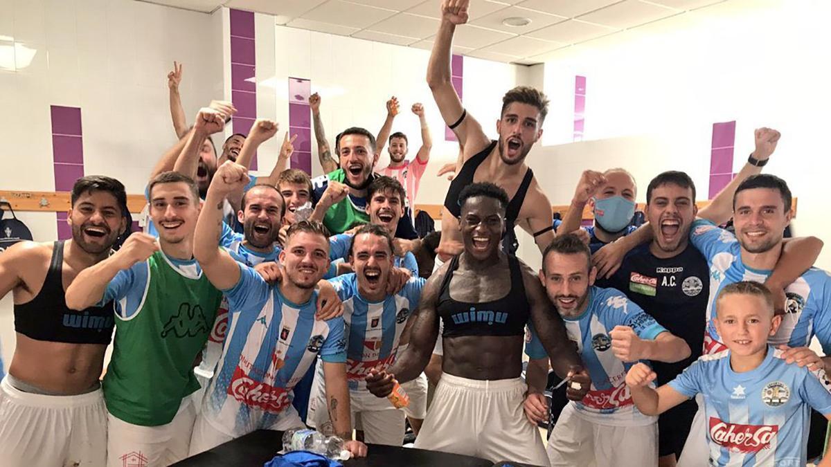 Jugadores del Coria celebrando una victoria