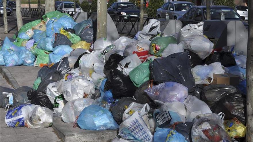 La Policía corta una calle de Alcorcón para que Tragsa pueda recoger basura