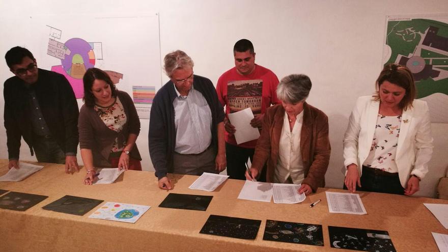 En la imagen, el jurado valora los trabajos presentados al concurso de dibujos por el alumnado de centros de Primaria de La Palma.