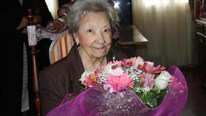 Pepita Sosa muestra el ramo de flores que le entregaron las autoridades municipales.