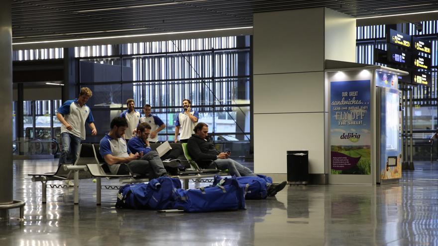 Jugadores de waterpolo del CN Sabadell que iban a Tenerife Sur en el aeropuerto de Gran Canaria
