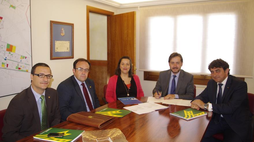 Momento de la firma de las escrituras del edificio de Multicines Benidorm por el Ayuntamiento de Torrijos (Toledo) / Foto: Ayuntamiento