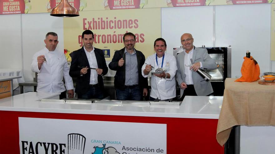 Miembros de la Asociación Acyre junto al consejero Raúl García Brink.