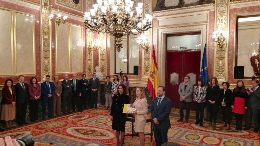La ministra de Hacienda, María Jesús Montero, presenta a la presidenta del Congreso, Ana Pastor, el proyecto de Presupuestos Generales del Estado, junto al presidente de la Comisión de Presupuestos, Francisco de la Torre.