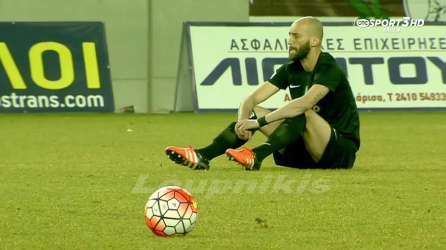Un jugador de la Segunda División de Grecia sentado en protesta por las muertes de refugiados en el Mediterráneo