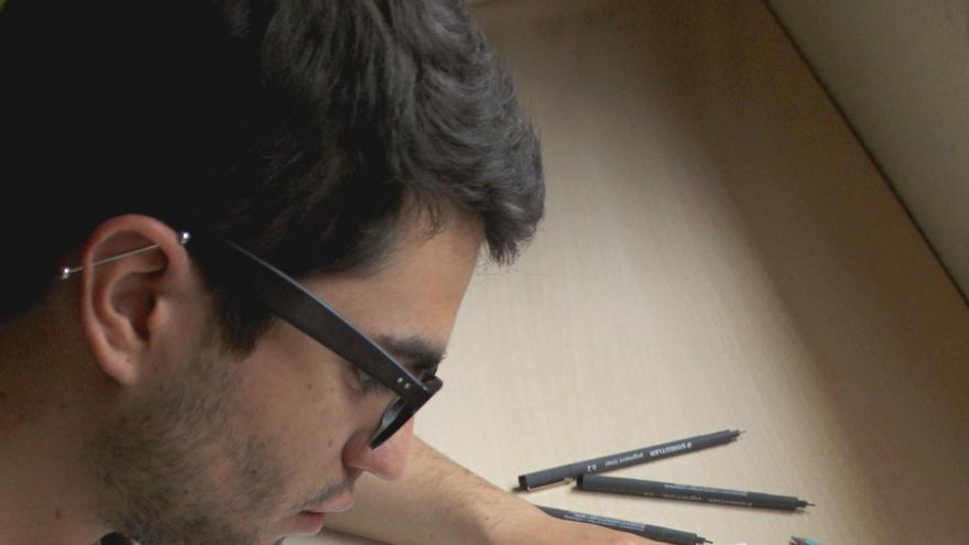 Alejandro, estudiante de tercero de Bellas Artes, sigue esperando su beca.
