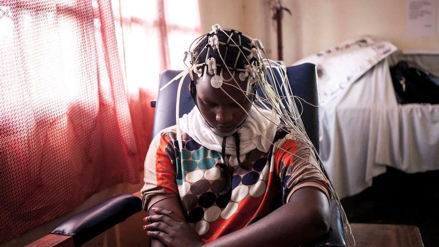 """Una mujer descansa entre electrodos en la institución psiquiátrica """"Tulizo Leto"""". Foto: Patrick Meinhardt"""