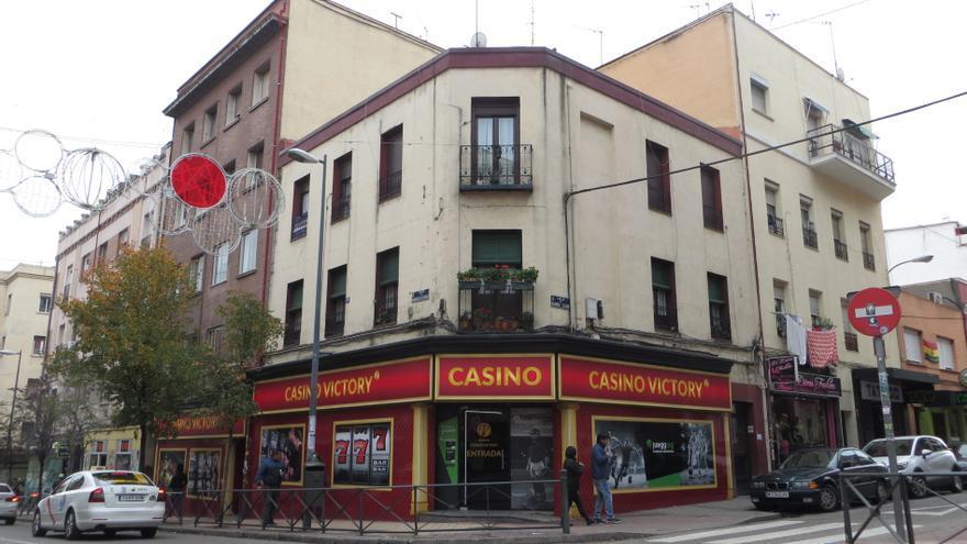 La ostentación de las casas de apuestas en Marcelo Usera contrasta con el desgaste de los edificios más antiguos del barrio