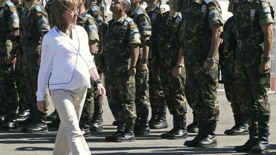 Carme Chacón pasa revista a las tropas españolas desplegadas en Afganistán, el 19 de abril de 2008.