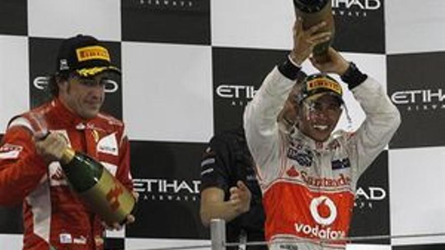 Hamilton, con Fernando Alonso. (REUTERS)
