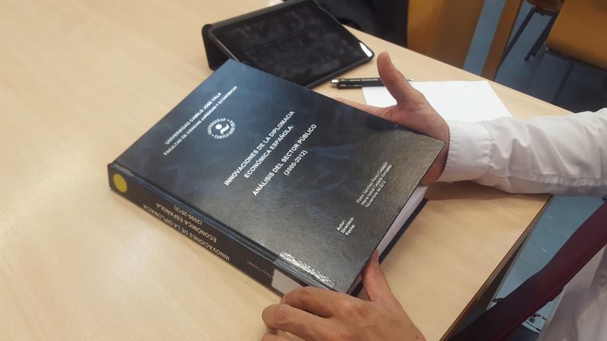 Un periodista consulta la tesis del presidente Pedro Sánchez.