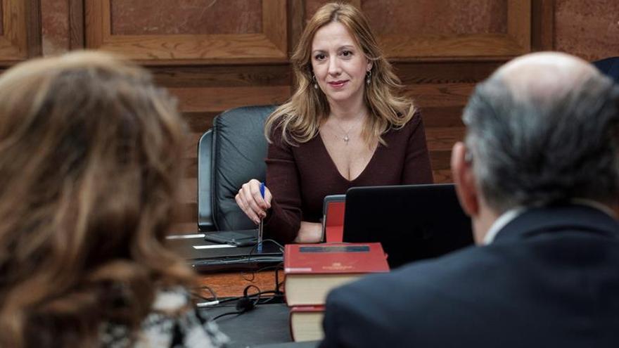 La consejera de Hacienda del ejecutivo regional, Rosa Dávila (c), en un momento previo al comienzo de la reunión semanal del Consejo de Gobierno. EFE/Ángel Medina G.
